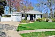 27 Lion Ln North Babylon NY, 11703
